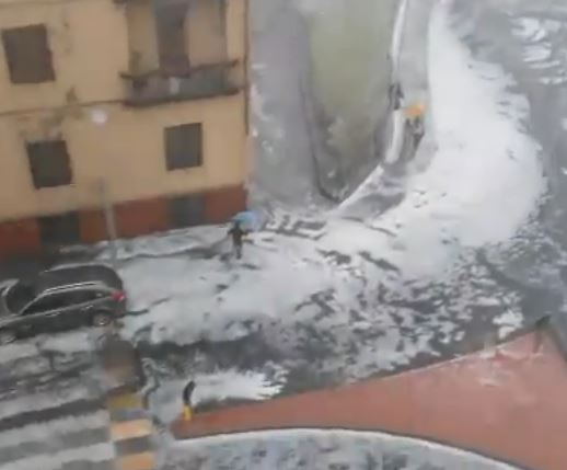Intensa GRANDINATA si abbatte su Firenze! FOTO e VIDEO