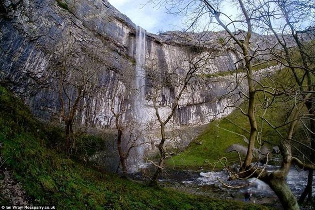 malham cove waterfall 32